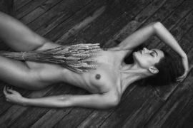 Thumbnail naked girl in atelier